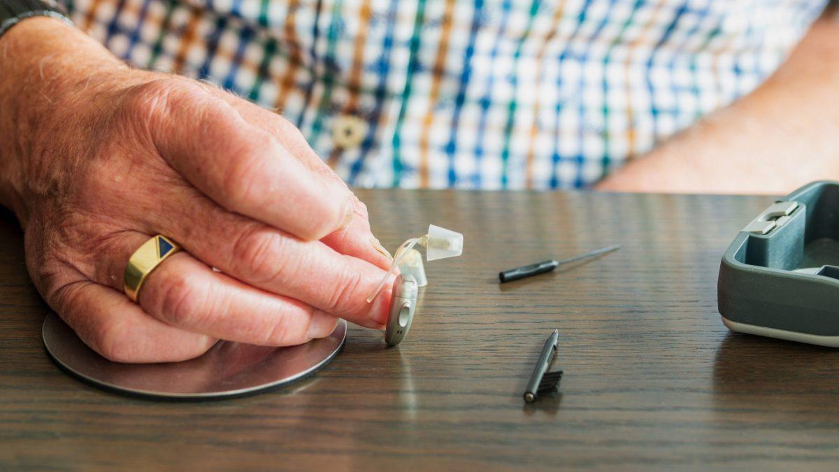 come pulire gli apparecchi acustici